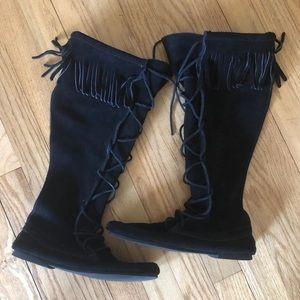 ✨NWOT✨Minnetonka tall black fringe boots size 7